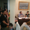 Γονείς συγκεντρωμενοι στο Δημοτικό Συμβούλιο για το θέμα των νηπίων