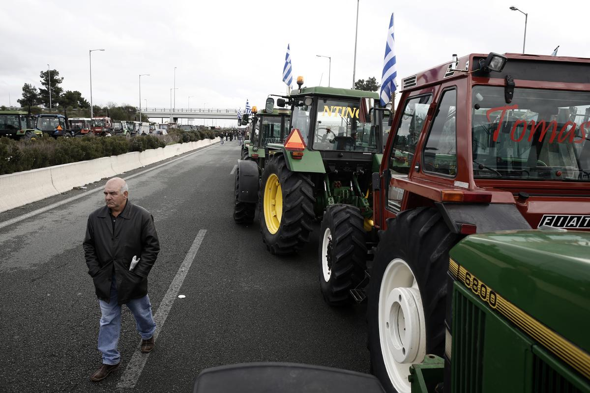 Farmers seek to block the highway between Thessaloniki and Athens in Nikaia, some 380 kms north of Athens. Protesting Greek farmers, who are demanding tax breaks and other benefits, have refused an offer from the Greek government after a February 6 meeting and they said they would not relent and keep their tractors positioned at key points on major roads across Greece, which they have continually threatened to blockade unless they get everything they want. Nikaia, Greece on Feb. 7, 2014. / Συνεχίζονται οι κινητοποιήσεις των αγροτών στον κόμβο της Νίκαιας στην Λάρισα οι οποίοι δεν ικανοποιήθηκαν από τις ρυθμίσεις που ανακοίνωσε χθες 6 Φεβρουαρίου η κυβέρνηση. Κοντά στους αγρότες βρέθηκε ο ΓΓ της ΚΕ του ΚΚΕ Δημήτρης Κουτσούμπας. Νίκαια, Ελλάδα στις 7 Φεβρουαρίου 2014.