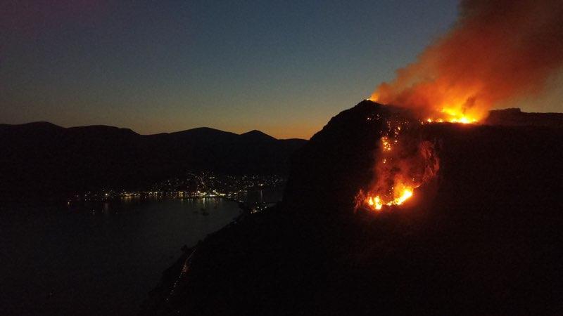 Φωτιά μέσα στο Κάστρο της Μονεμβασιάς. Βίντεο